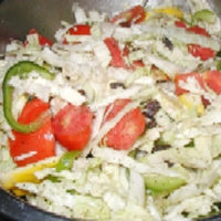 cabbage salad with tomatoes and green peppers