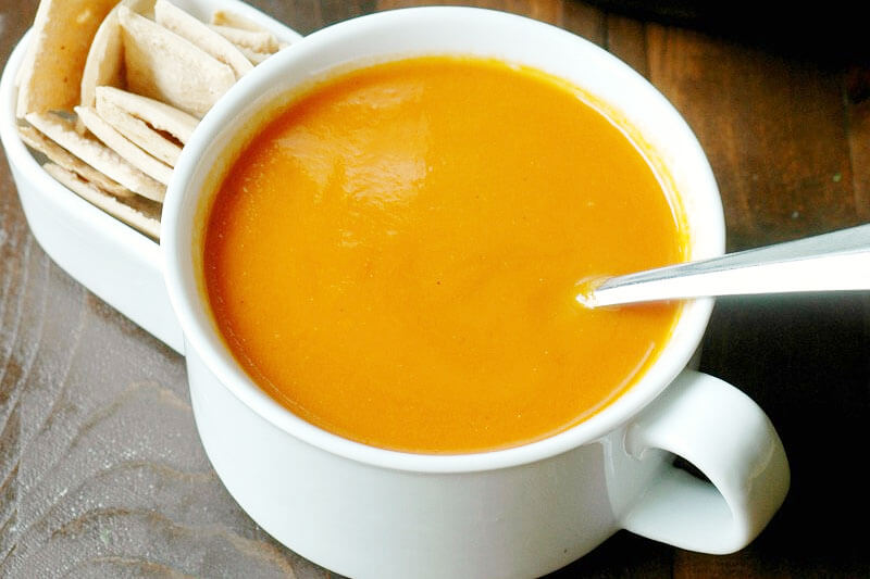 soupe de tomates dans une céramique blanche bol avec des craquelins